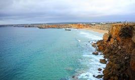 Скала и пляж Sagres, Алгарве, Португалии Стоковые Изображения