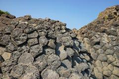 Скала камня покрывает Dia в центральном Вьетнаме, зону Da seashore равномерно блокируя столбцов утеса базальта, созданную от VOL. Стоковое Изображение