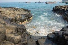 Скала камня покрывает Dia в центральном Вьетнаме, зону Da seashore равномерно блокируя столбцов утеса базальта, созданную от VOL. Стоковые Изображения RF