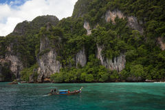 Скала, море и шлюпка Стоковая Фотография RF