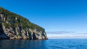 Скала на океане на солнечный день стоковое изображение rf