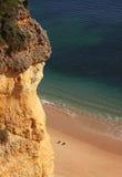 скала пляжа algarve Стоковые Фотографии RF