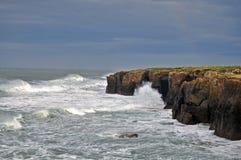 Скала с внушительным одичалым морем стоковое изображение rf
