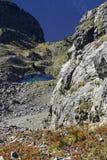 Скала, утесы и небольшое озеро Стоковая Фотография