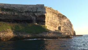 Скала Corse Bonifacio осмотренное от моря сток-видео