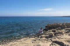Скалистая береговая линия, накидка Greco на Кипре стоковые изображения rf
