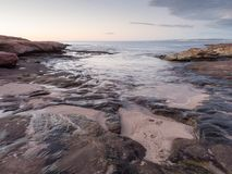 Скалистая береговая линия на заходе солнца около красного блефа, Kalbarri, западной Австралии Стоковые Изображения
