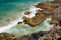 Скалистая береговая линия на этап дельфина в национальном парке Noosa в ферзе Стоковое Изображение