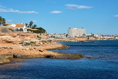 Скалистая береговая линия Cabo Roig Blanca Косты Испания стоковое фото rf