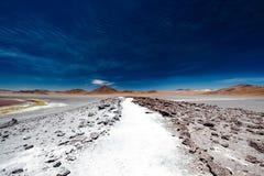 Скалистая дорога среди боливийской пустыни стоковое изображение