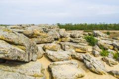 Скалистая местность в покинутых местах голубые облака Стоковое Изображение RF