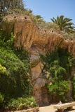 скалистая оранжевая стена в предпосылке парка стоковые изображения rf
