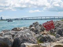 Скалистое морское побережье в Tampa Bay Флорида стоковое фото rf