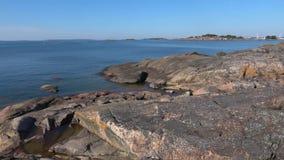 Скалистое побережье полуострова Hanko, солнечного дня в июле Финляндия акции видеоматериалы