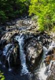Скалистое река пропуская в водопад Стоковое Фото