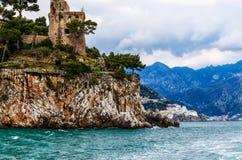 Скалистые берега побережья Амальфи, Италии Стоковые Фото