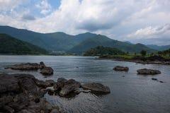 Скалистые вулканические берега озера Kawaguchi Стоковые Фото