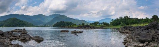 Скалистые вулканические берега озера Kawaguchi Стоковая Фотография