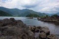 Скалистые вулканические берега озера Kawaguchi Стоковое Фото