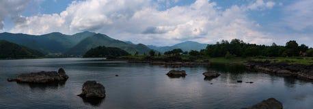 Скалистые вулканические берега озера Kawaguchi Стоковые Фотографии RF