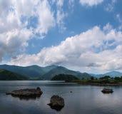 Скалистые вулканические берега озера Kawaguchi Стоковая Фотография RF