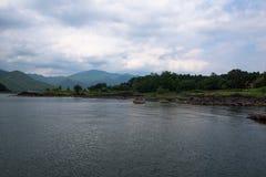 Скалистые вулканические берега озера Kawaguchi Стоковое Изображение