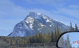 Скалистые горы автомобилем и в зеркале Стоковое фото RF