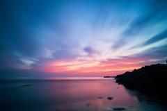 Скалистые пляжи на сумраке, moving облака Стоковое фото RF