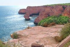Скалистые Landforms и Средиземное море на ` da Marinha Прая ` - Португалии стоковые фото