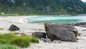 Скалистый берег, песчаный пляж с водой бирюзы, Lofoten, Норвегией Стоковое фото RF