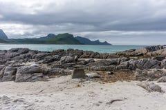 Скалистый берег, песчаный пляж с водой бирюзы, Lofoten, Норвегией Стоковая Фотография RF
