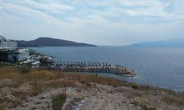 Скалистый берег рядом с Ksamil, Saranda, албанским Ривьера, красивым seascape, заходом солнца стоковые фото