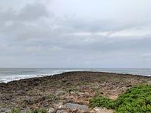 Скалистый бечевник при napaka водя к океану Стоковые Изображения RF