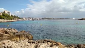 Скалистый залив побережья и моря Illetes, Palma de Mallorca, Испания видеоматериал