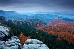 Скалистый ландшафт во время осени Красивый ландшафт с камнем, лесом и туманом Заход солнца в чехословакском национальном парке Ce Стоковое Изображение