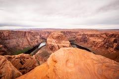 Скалистый ландшафт на загибе подковы в Аризоне стоковые изображения