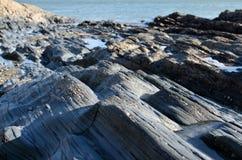 Скалистый одичалый берег Атлантический океан стоковое фото