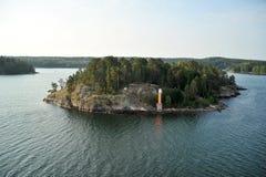 Скалистый остров в Балтийском море с маяком стоковое фото rf