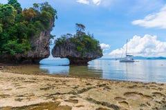 Скалистый пляж и взгляд утесов Стоковое фото RF