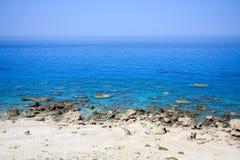 Скалистый пляж на море Mediterana Стоковые Изображения RF