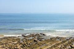 Скалистый пляж с туманом предпосылки Стоковое Фото