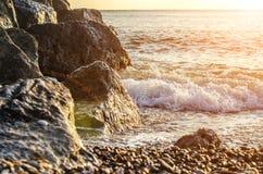 Скалистый seashore и пенообразное море Стоковые Фотографии RF