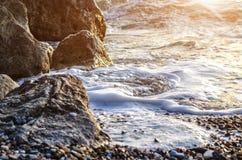 Скалистый seashore и пенообразное море Стоковые Изображения RF