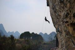 Скалолазание в Yangshuo, Guilin, Guangxi, Китае стоковые изображения