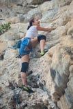 Скалолазание молодой женщины на белой горе Стоковое Фото