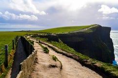 Скалы береговой линии океана atlantiv скалы Ирландского Moher Doolin Ирландии известной sightseeing пешей сценарной стоковое фото