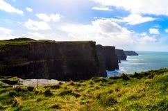 Скалы береговой линии океана atlantiv скалы Ирландского Moher Doolin Ирландии известной sightseeing пешей сценарной стоковые изображения
