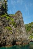 Скалы известняка в океане вокруг островов Phi-Phi, провинции Krabi, Таиланде стоковое изображение