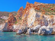 Скалы и горные породы Polyaigos, остров греческих Кикладов стоковые изображения rf