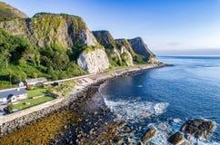 Скалы и трасса мощёной дорожки прибрежная, Северная Ирландия, Великобритания Стоковая Фотография RF